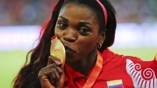 La atleta colombiana Catherine Ibargüen festeja su medalla de oro, el pasado 24 de agosto de 2015 en Pekín.