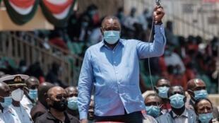 Le président kényan Uhuru Kenyatta donne le départ d'une course lors de la réouverture du stade de Nyayo, le 26 septembre 2020.