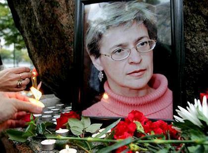人們在安娜·波利特科夫斯卡婭遺像前表示紀念