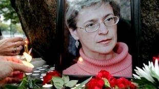 人们在安娜·波利特科夫斯卡娅遗像前表示纪念
