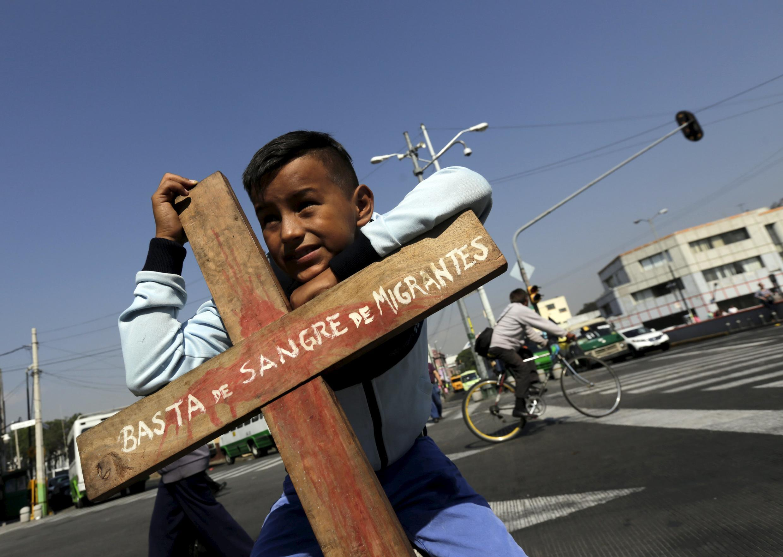 Marco Carrasco, de diez años de edad, migrante originario de Guatemala, frente a la basílica de La Guadalupe, durante un encuentro sobre los derechos de los migrantes centroamericanos, Ciudad de México, 18 de abril de 2015.