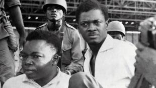 Décembre 1960 : Des soldats escortent le Premier ministre du Congo, Patrice Lumumba, juste après son arrestation. A gauche, Joseph Okito, vice-président du Sénat, abattu aux côtés de Lumumba, le mois suivant (janvier 1961).