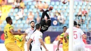 Mouez Hassen, le gardien tunisien, laisse le ballon s'échapper et permet au Mali de mener, temporairement, 1-0, à Suez, vendredi 28 juin.