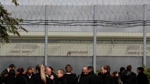Les gardiens de prison en grève sont rassemblés devant la prison de Nottingham, vendredi 14 septembre, pour attirer l'attention des pouvoirs publics sur la violence endémique dans les prisons en raison du surpeuplement.