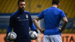 El entrenador asistente de Italia, Daniele De Rossi, supervisa el calentamiento previo al partido del Grupo C en la clasificatoria a la Copa Mundial FIFA Qatar 2022 ante  Irlanda del Norte, el 25 de marzo de 2021, en el estadio Ennio-Tardini de Parma.