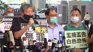 香港支聯會主席李卓人等人出庭前接受採訪資料圖片