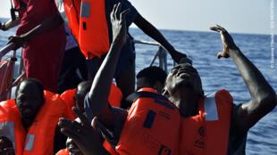 Réfugiés africains rescapés d'une longue et périlleuse traversée de la Méditerranée, sauvés par les volontaires de l'Aquarius.