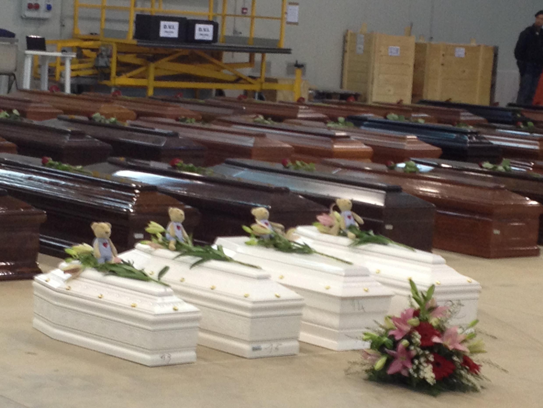Les cercueils d'une partie des victimes du naufrage de Lampedusa, exposés aux médias, en octobre 2013.