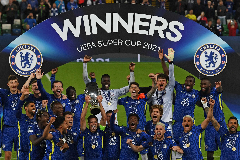 El español capitán del Chelsea, César Azpilicueta (C), levanta el trofeo de la Supercopa de Europa conquistado en tanda de penales tras empatar con el Villarreal en el estadio Windsor Park de Belfast el 11 de agosto de 2021
