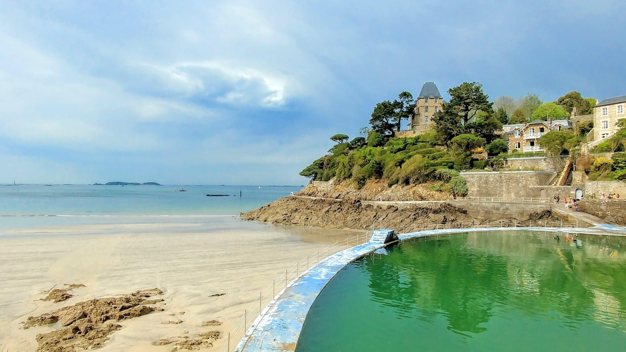 Dinard khôg chỉ nổi tiếng nhờ dịch vụ spa mà còn có nhiều hồ tắm nước biển tự nhiên