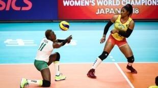 Les volleyeuses camerounaises Victoire Pauline L'or Ngon Ntame (à gauche) et Laetitia Crescence Moma Bassoko lor du Championnat du monde 2018.