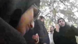یک صحنه از ویدئویی که از مأموران گشت ارشاد در حال کتک زدن زن جوان منتشر شده است.