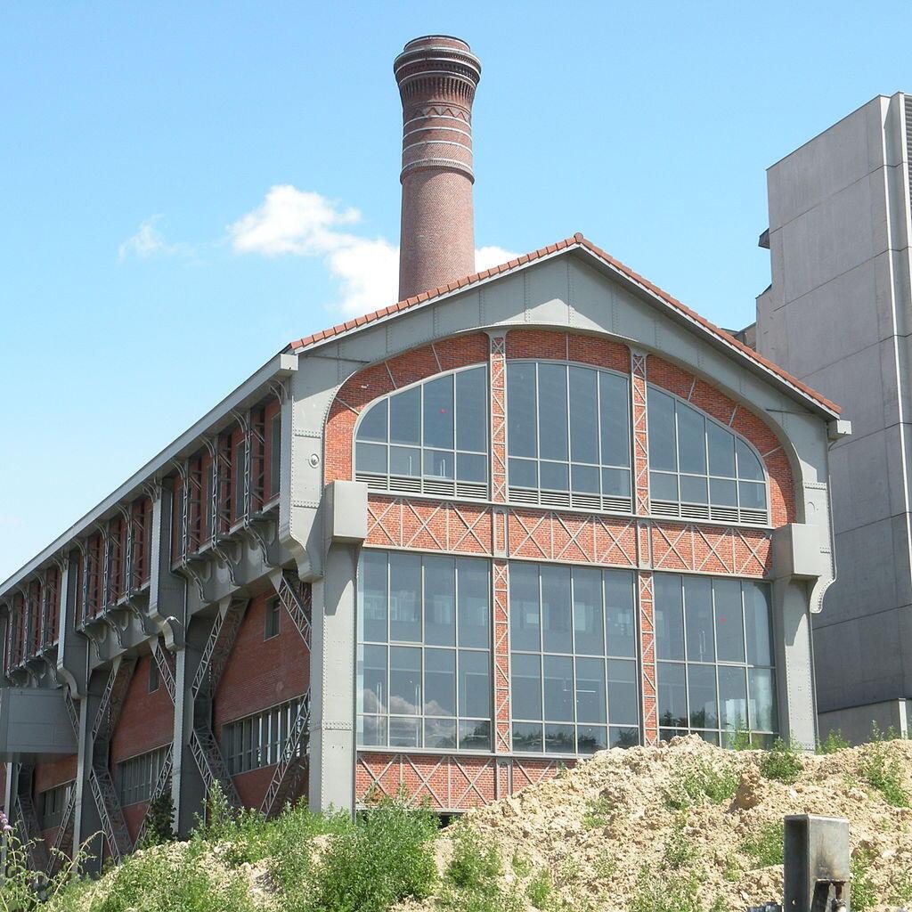 Một nhà máy cũ (phố Jean-Antoine-de-Baïf), gần bờ kè Panhard & Levassor, quận 13 Paris, hiện thuộc về trường Kiến Trúc Paris-Val de Seine. Ảnh chụp ngày 27/06/2009.