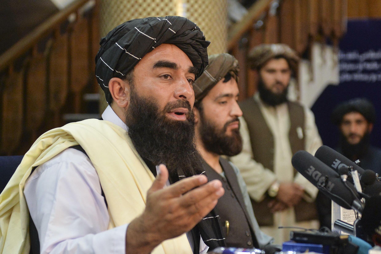 El portavoz de los talibanes, Zabihulá Mujahid (izq) durante la primera rueda de prensa en Kabul, Afganistán, el 17 de agosto de 2021