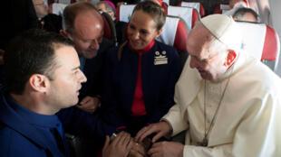 Papa Francisco celebra o casamento de comissários de bordo no avião do Vaticano em 18 de janeiro de 2018.