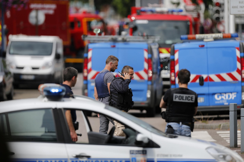 Aparato de polícia em redor da Igreja de Saint-Etienne-de-Rouvray, perto de Rouen.