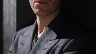 O belga Raf Simons, de estilo minimalista e refinado, aceitou o desafio de substituir o excêntrico e talentoso John Galliano.