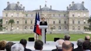 O presidente francês Nicolas Sarkozy discursa no jardim do Luxemburgo.