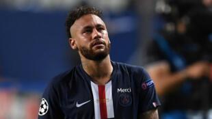 Pese a que no se han hecho públicos los nombres, el diario francés L'Equipe asegura que se trata de Neymar, Ángel Di María y Leandro Paredes.
