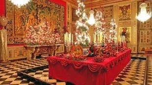 闪耀圣诞彩灯和巨大的水晶吊灯,高大壁炉里跳跃的火焰,特别是有4米长装饰好的巨大圣诞餐桌。