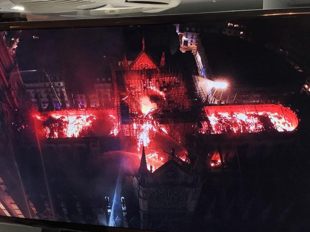 Una vista aerea muestra el tamaño de la tragedia que vivió este lunes Notre Dame de París.