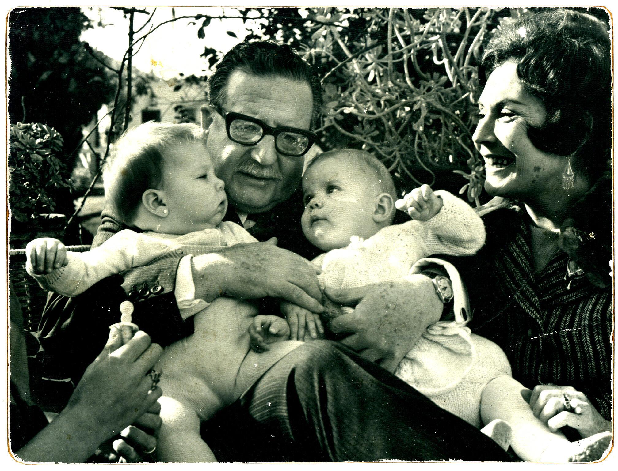 Salvador Allende et son épouse Hortensia Bussi avec deux de leurs petites-filles : Marcia et Maya.