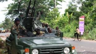 Après trois jours d'offensive, les forces pro-Ouattara ont consolidé leur avancée en atteignant la capitale ivoirienne Yamoussoukro, le 30 mars 2011.