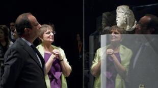 François Hollande junto a la directora del Departamento de Artes del Islam del Louvre, Sophie Makariou.