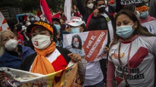 Seguidores de la candidata derechista a la presidencia de Perú, Keiko Fujimori, protestan frente a la sede del organismo electoral (ONPE) en Lima, el 9 de junio de 2021