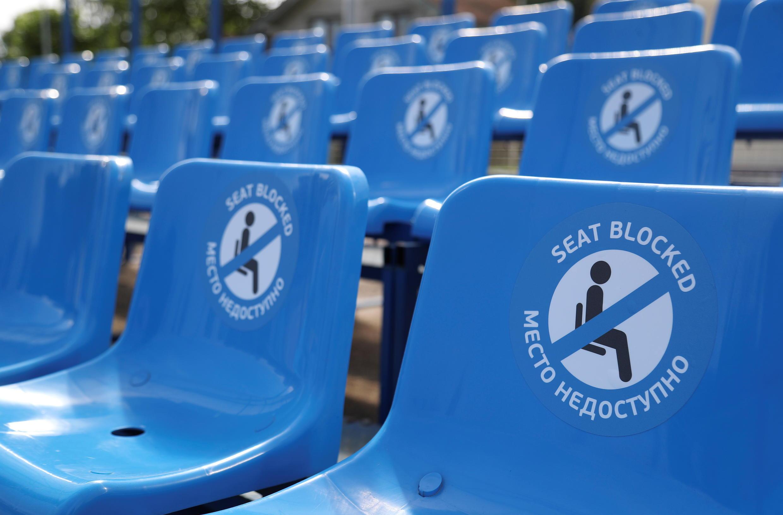Sinais de distanciamento social nas cadeiras no estádio de em São Petersburgo.