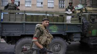 Soldados ucranianos patrulham a cidade de Slaviansk.