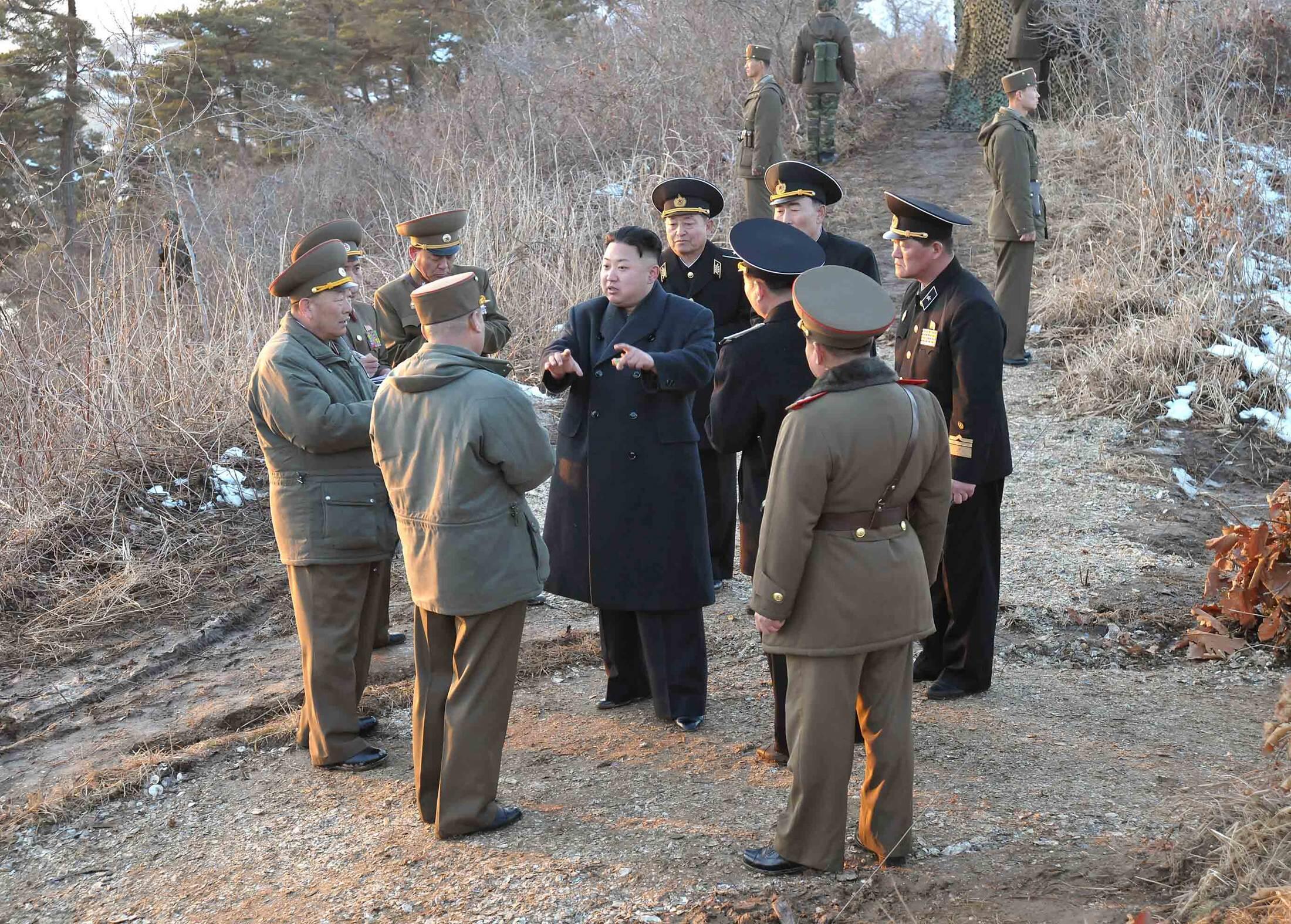 O líder norte-coreano Kim Jong-un conversa com soldados do exercício militar do país nesta terça-feira.