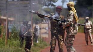 Un soldat de l'ex-Seleka prépare un tir de roquette vers des soldats français.