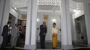 Đặc sứ Liên Hiệp Quốc Vijay Nambiar trao đổi với báo chí sau khi nói chuyện với bà Aung San Suu Kyi tại tư gia của lãnh tụ đối lập, ngày16/02/ 2012.