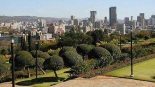 Vue du centre de Pretoria, en Afrique du Sud depuis les jardins de l'Union Buildings.