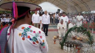 El presidente de México Andrés Manuel López Obrador en la ceremonia indígena para pedirle permiso a la Tierra para contruir el Tren Maya, el 16 de diciembre de 2018 en Palenque, Chiapas.