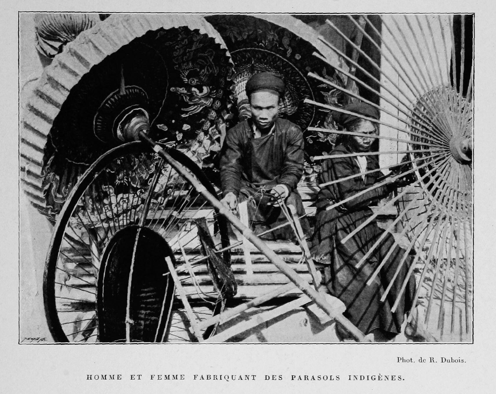 Thợ làm ô, lọng. Ảnh chụp từ cuốn Bắc Kỳ năm 1900 (Le Tonkin en 1900) của Robert Dubois nhân dịp Triển lãm Hoàn cầu Paris 1900.