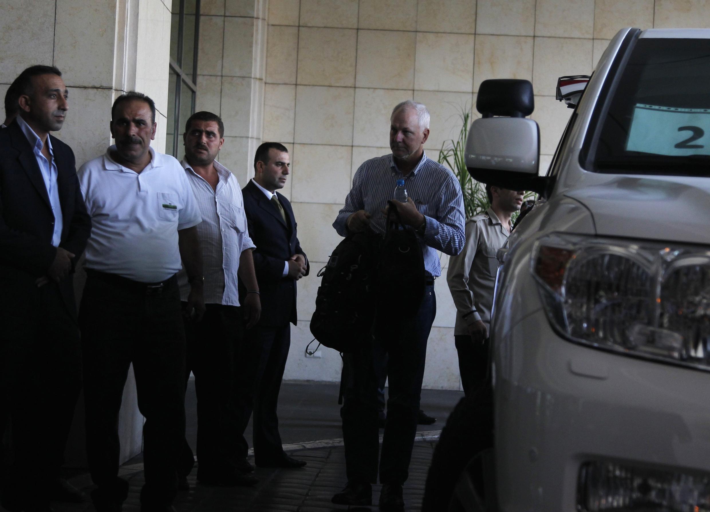 A droite, le Suédois Ake Sellstrom, chef de l'équipe d'enquêteurs onusiens, à son arrivée à Damas le 18 août 2013.