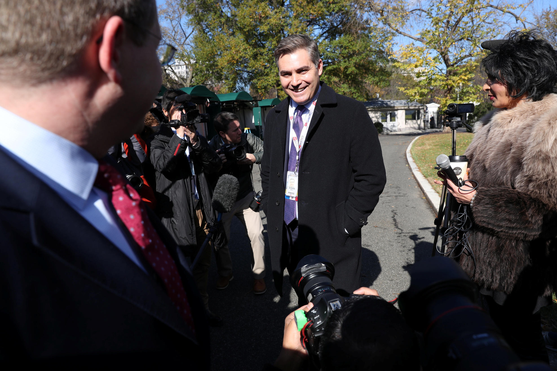 2018年11月16日美國有線電視新聞網CNN記者阿科斯特被恢復白宮報道通行證後返回白宮。