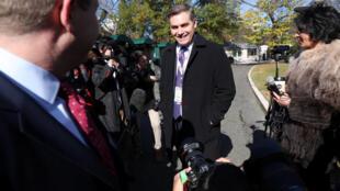 2018年11月16日美国有线电视新闻网CNN记者阿科斯特被恢复白宫报道通行证后返回白宫。