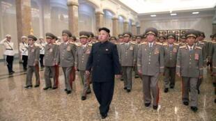 金正恩與朝鮮軍方高幹參謁錦繡山太陽宮