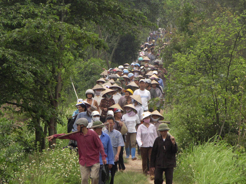 Nông dân Văn Giang, tỉnh Hưng Yên biểu tình hôm 20/04/2012 chống trưng thu đất đai cho dự án xây dựng khu nghỉ mát sang trọng Ecopark