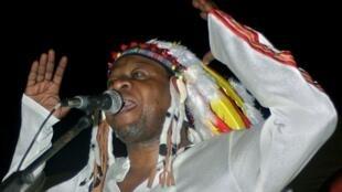 Papa Wemba en concert en juin 2004 à Kinshasa.