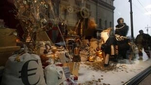 Des boutiques du centre de Moscou affichant les prix en roubles, en euros et en dollars.