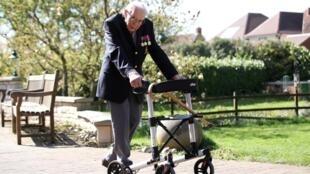 Столетний юбилей капитан Том Мур отметил 30 апреля. В этот день он получил множество писем с поздравлениями и словами благодарности.
