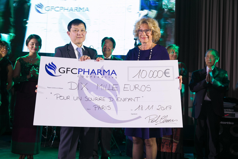 លោកប៉ុល ចាន់ណាប្រធានក្រុមអ្នកតំណាងឧសថការីបារាំងខ្មែរ GFC Pharma ផ្តល់សែក ទៅលោកស្រីHoudinière ប្រធានអង្គការភាពញញឹមនៃកុមារ  PSE នៅប៉ារីសParis នៅរាត្រីសមោស ថ្ងៃទី ១៨វិច្ឆិកា ២០១៧