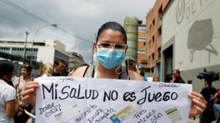 Natasha Suárez, paciente con transplante de riñón, protesta delante de una farmacia de Caracas por falta de medicinas, el 29 de junio de 2016.