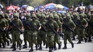 El ejército mexicano se ha hecho más presente durante el mandato de Felipe Calderón. Este 20 de septiembre de 2012 en México D.F.