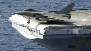Un Rafale décollant du porte-avions «Charles-de-Gaulle»
