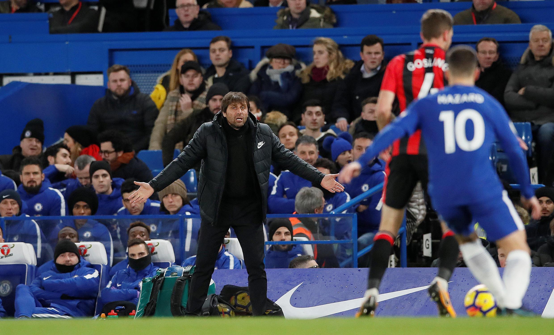 L'Italien Antonio Conte s'agite devant le banc de touche de Chelsea lors d'un match des Londoniens.